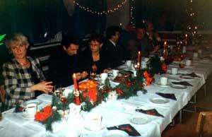 Wigilia 1996 r; na zdjęciu dyr. Jasiecka, p. Kończak oraz ksiądz proboszcz Stanisław Megier